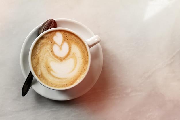카페에서 테이블에 맛있는 고전적인 전통적인 이탈리아 커피 카푸치노. 데이 라이트. 복사 공간이있는 상위 뷰. 무료 사진
