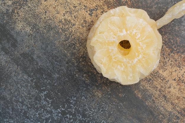 大理石の背景においしい乾燥パイナップル。高品質の写真 無料写真