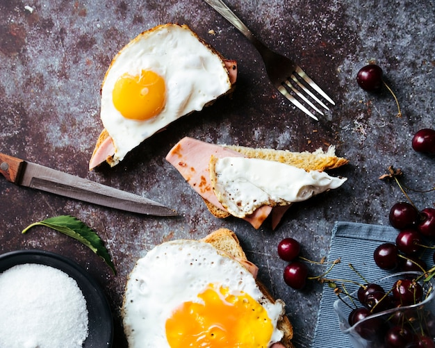 Tasty egg toast breakfast top view Free Photo