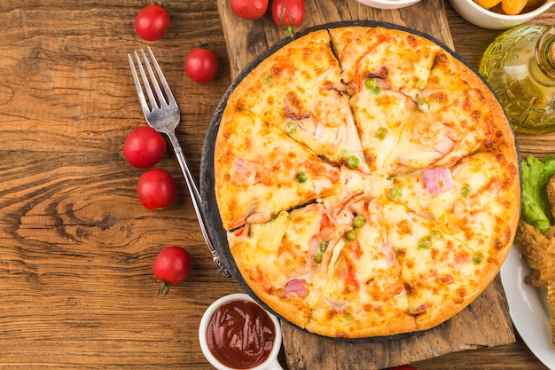 テーブルの上のシーフードとおいしい新鮮なピザ 無料写真