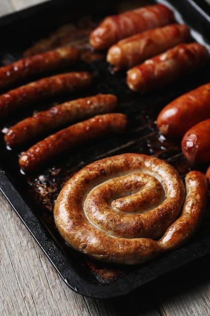 美味しい揚げソーセージ。伝統的なドイツ料理 無料写真