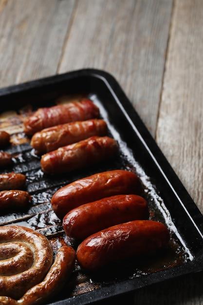 Вкусные жареные колбаски. традиционная немецкая еда Бесплатные Фотографии