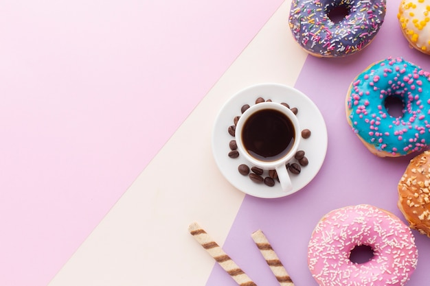 Вкусные глазированные пончики с копией пространства Бесплатные Фотографии