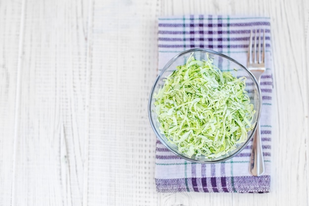 Вкусный салат из зеленой капусты в стеклянной посуде. вид сверху. копировать пространство Premium Фотографии