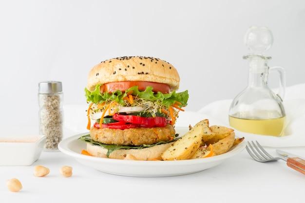 Вкусный гамбургер с картошкой фри Бесплатные Фотографии
