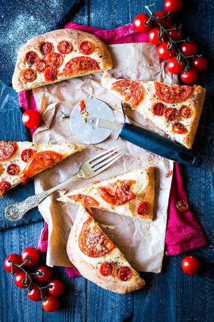 Tasty hand made tomatoes  pizza bread Premium Photo