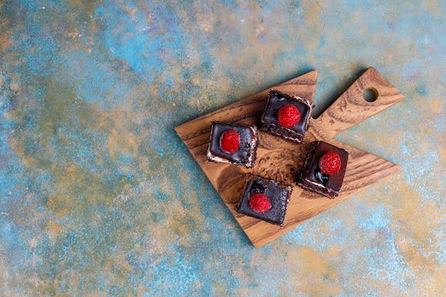 おいしい自家製ミニチョコレートケーキ、トップビュー 無料写真