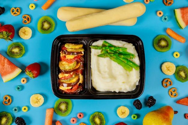 컨테이너에서 맛있는 점심. 아스파라거스와 야채 으깬 감자. 프리미엄 사진
