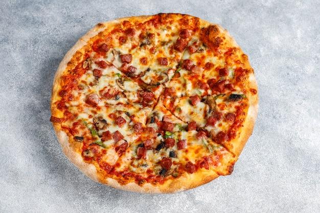 キノコとスパイスのおいしいペパロニピザ。 無料写真