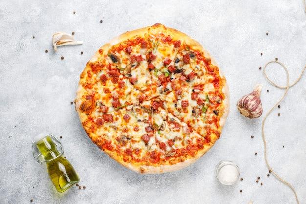 Вкусная пицца пепперони с грибами и специями. Бесплатные Фотографии