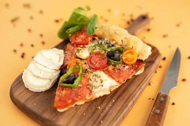 木の板においしいピザ 無料写真