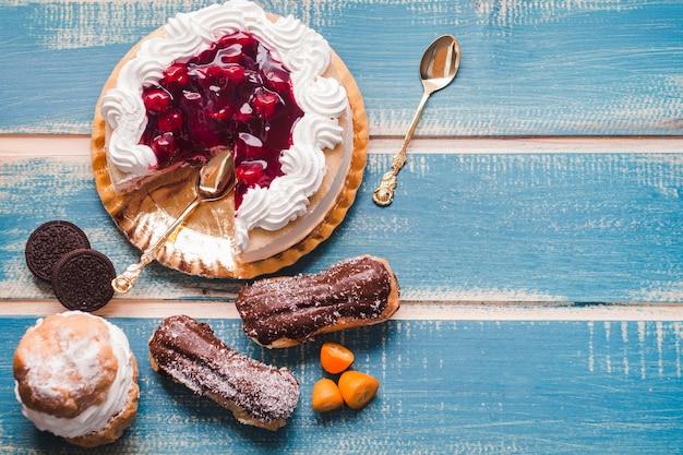Вкусные конфеты на деревянном синем столе Premium Фотографии