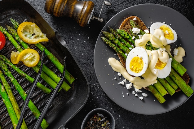Tasty toasts with asparagus, eggs and sauce Premium Photo