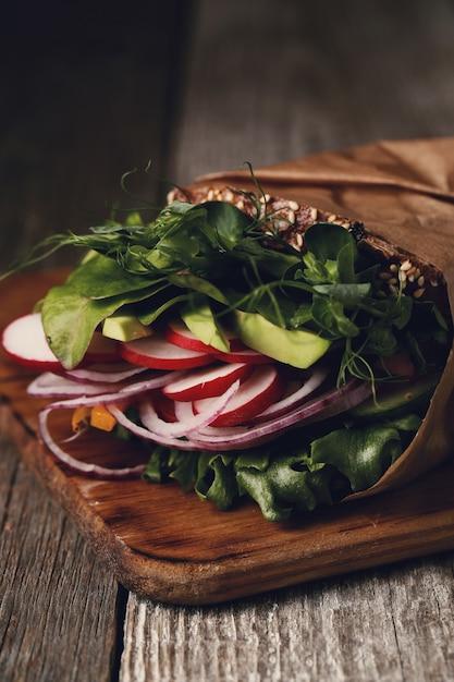 木製のテーブルの上のおいしいビーガンサンドイッチ 無料写真