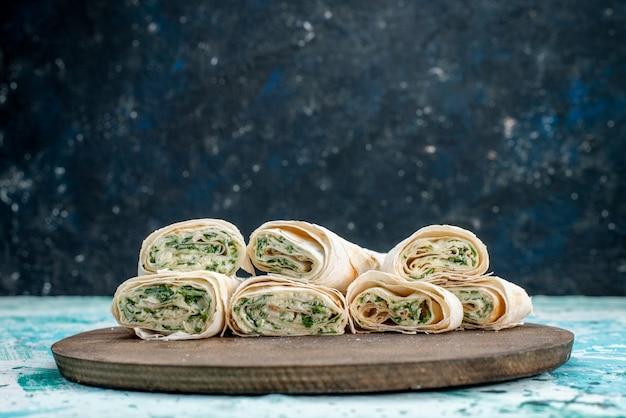 おいしい野菜は丸ごと巻いて、明るい青に緑を詰めてスライスします 無料写真