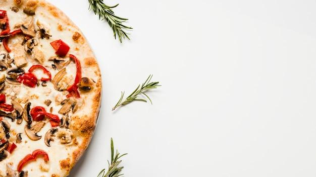 Вкусная вегетарианская пицца сверху Premium Фотографии
