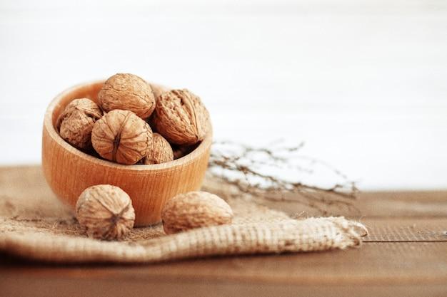 Вкусные грецкие орехи. здоровая пища и витамины. Premium Фотографии