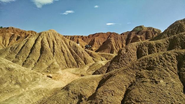 Deserto di tatacoa sotto la luce del sole e un cielo blu in colombia Foto Gratuite