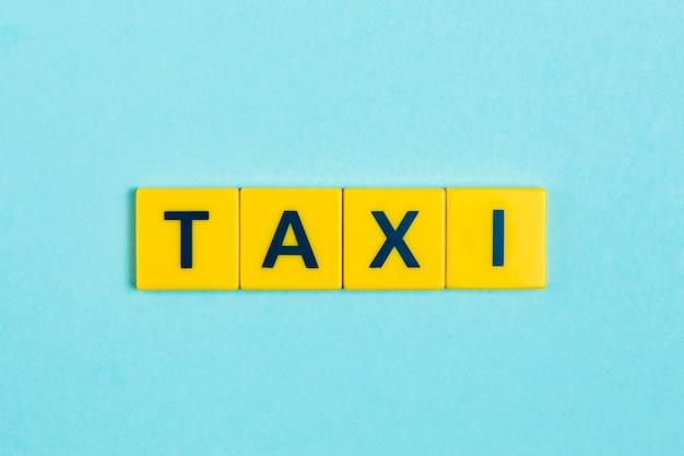 スクラブルタイル上のタクシーの言葉 Premium写真