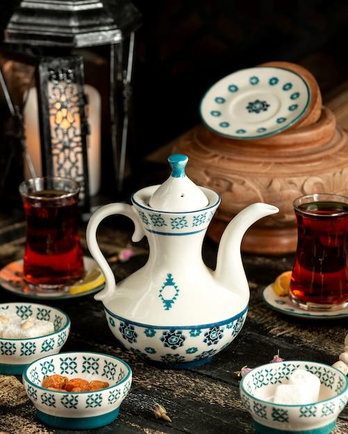 レモンターキッシュデライトとテーブルのドライフラワーと紅茶紅茶 無料写真