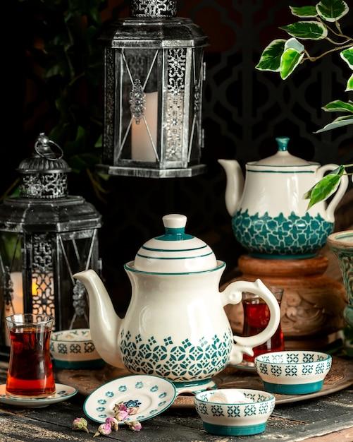 ターキッシュデライトドライフラワーとトレイ上のティーポットと紅茶紅茶 無料写真