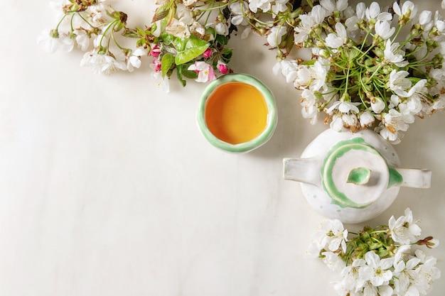 Tea in ceramic teapot Premium Photo
