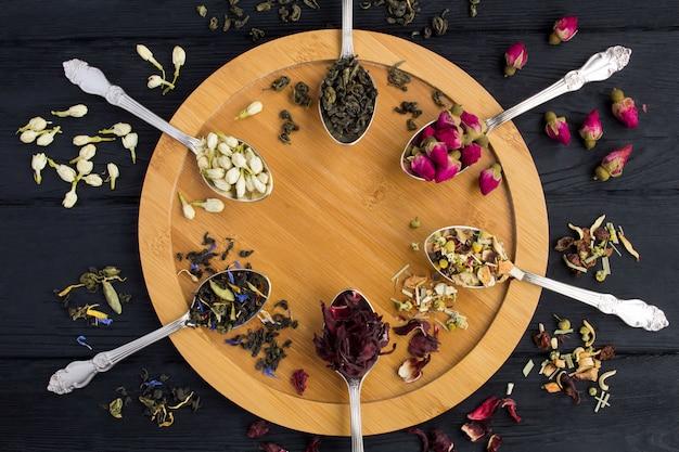 Состав чая различных видов чая в ложках Premium Фотографии