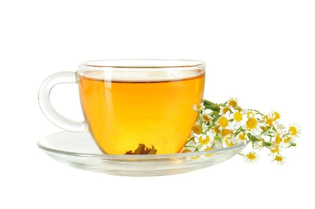 白で隔離のティーカップとカモミールの花 Premium写真