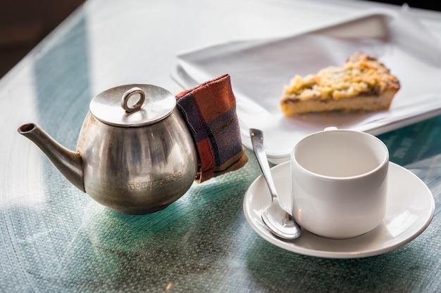 テーブルの上のティーカップ Premium写真