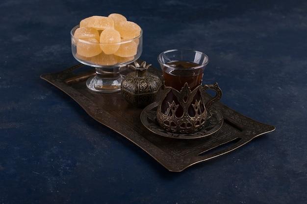 金属製の大皿にお茶とマーマレードを入れたお茶セット 無料写真