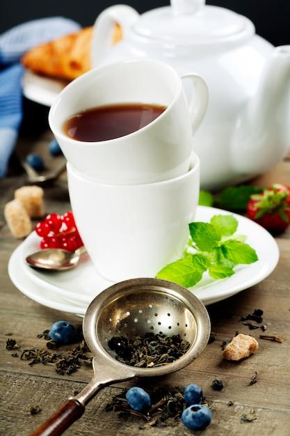 Чай с мятой и ягодами Premium Фотографии
