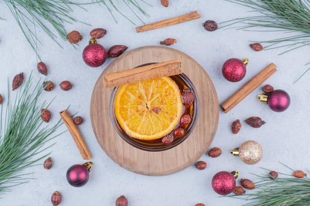 Tè con cinorrodi e palle di natale sulla superficie in marmo. Foto Gratuite