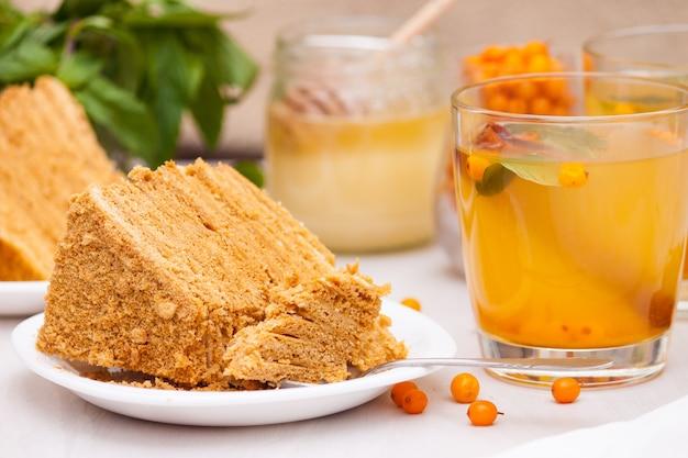 海クロウメモドキ、ミント、蜂蜜、シナモン入りのお茶 Premium写真