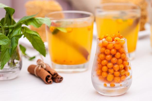 海クロウメモドキ、ミント、蜂蜜、シナモン、蜂蜜の層状ケーキmedovikとお茶。 Premium写真