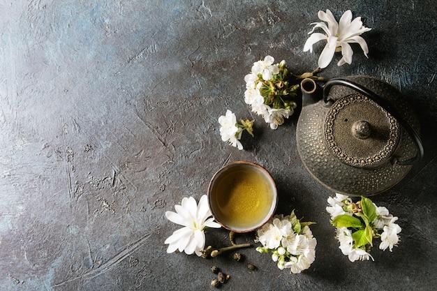 Tea with spring flowers Premium Photo