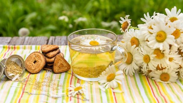 カモミールの葉を加えたお茶。 Premium写真