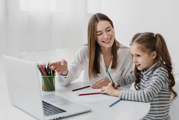 Учитель и ученик учатся вместе Бесплатные Фотографии