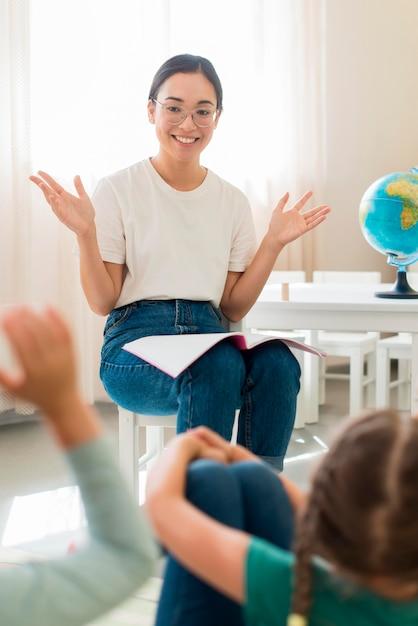 Учитель задает вопросы своим ученикам Premium Фотографии