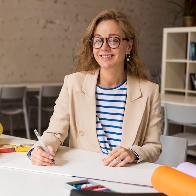 Учитель за письменным столом Premium Фотографии