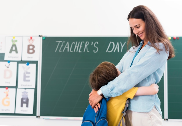 Учитель обнимает своего ученика Premium Фотографии
