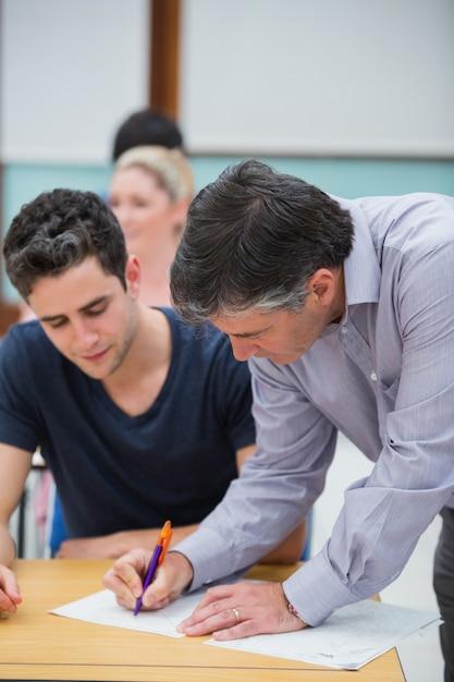 生徒の仕事に注意を払う教師 Premium写真