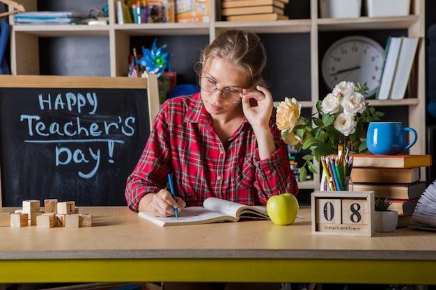 Учитель красотка наслаждаться учебного процесса в классе. день учителя. Premium Фотографии