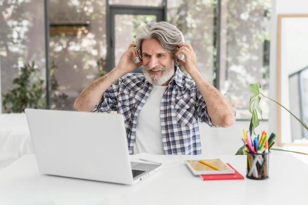 Insegnante indossare cuffie alla scrivania Foto Gratuite