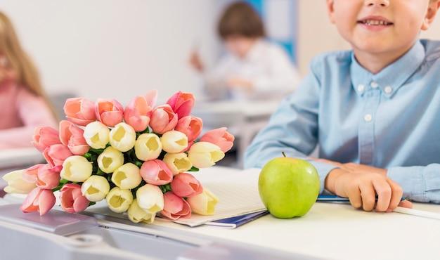 Regali del giorno dell'insegnante da un ragazzino Foto Gratuite