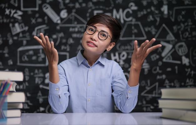 L'insegnante sedeva pensando a insegnare in classe Foto Gratuite