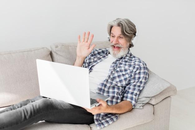Учитель, оставаясь на диване, махнув на ноутбук Бесплатные Фотографии
