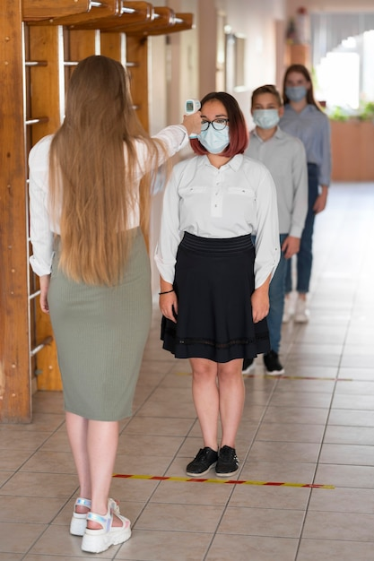先生が学校で体温を取って 無料写真