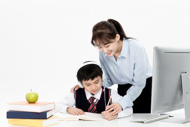 子供たちのオンライン教育を教える教師 Premium写真