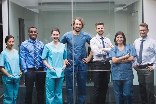 Team di medici in piedi nel corridoio Foto Gratuite