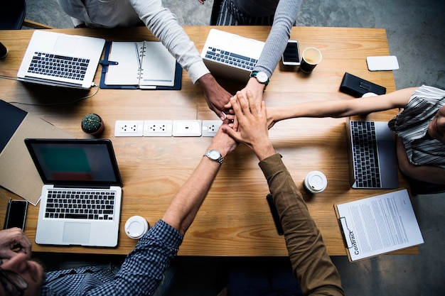 손을 스태킹하는 기업들의 팀 무료 사진